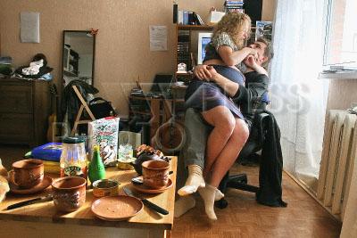 одинокая девушка села на колени к парню приподнял легкое тельце