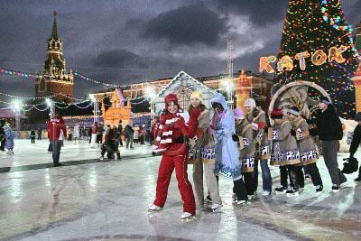 798571 / Ирина Слуцкая. Фигуристка Ирина Слуцкая (в центре) на катке на Красной площади.