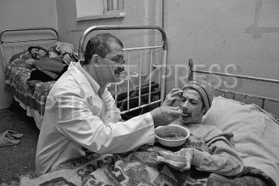 Пациентом психиатрической клиники была прописана трудовая терапия в виде вязания изделий из шерсти