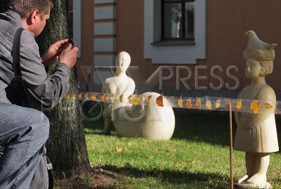 2369641 / Выставка `Кариатида - женщина, несущая мир`. Выставка ландшафтной скульптуры Веры Виглиной `Кариатида - женщина, несущая мир`.