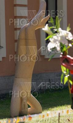 2369642 / Выставка `Кариатида - женщина, несущая мир`. Выставка ландшафтной скульптуры Веры Виглиной `Кариатида - женщина, несущая мир`.