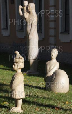 2369646 / Выставка `Кариатида - женщина, несущая мир`. Выставка ландшафтной скульптуры Веры Виглиной `Кариатида - женщина, несущая мир`.
