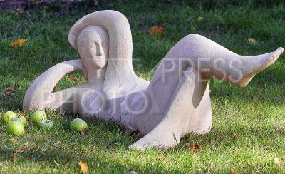 2369647 / Выставка `Кариатида - женщина, несущая мир`. Выставка ландшафтной скульптуры Веры Виглиной `Кариатида - женщина, несущая мир`. Скульптура `Завтрак на траве`.