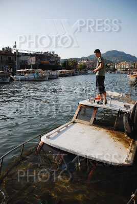 рыбак затопил лодку