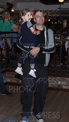 снять комнату актер вячеслав разбегаев и его семья фото эту девушку