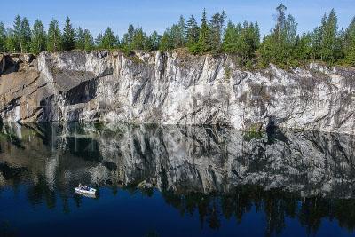 4162913 / Мраморный каньон. Горный парк `Рускеала`. Мраморный каньон. На снимке: туристы катаются на лодке.
