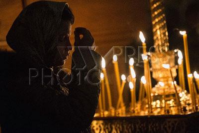 4173451 / Рождественская служба. Православное Рождество Христово. Рождественское богослужение. На снимке: верующая крестится.