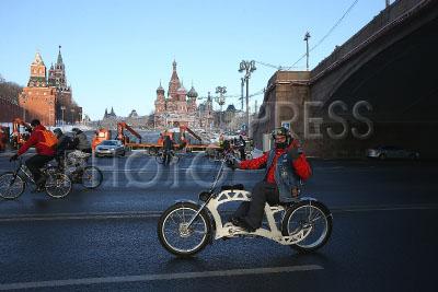 4173461 / Зимний велопарад. Второй зимний Московский велопарад. На снимке: участники на Кремлевской набережной.