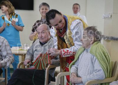 4173536 / Пансионат `Курортный`. Пансионат для пожилых людей `Курортный`. Рождественский концерт. На снимке: жители пансионата и артистка.