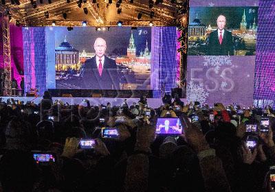 4173940 / Празднование Нового года. Празднование Нового года в Санкт-Петербурге. На снимке: трансляция новогоднего поздравления Владимира Путина.