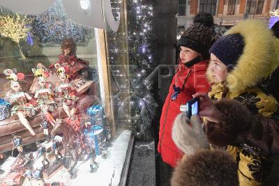 4174507 / Новогодняя витрина ЦУМа. Витрина Центрального универсального магазина (ЦУМ), оформленная по мотивам известных сказок. На снимке: дети рассматривают витрину.
