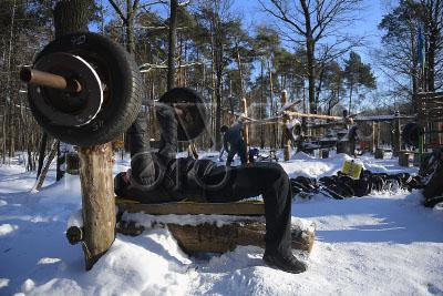 4181554 / Физкультура в парке. Тимирязевский парк. Мужчина занимается физкультурой на спортивной площадке с самодельными тренажерами.