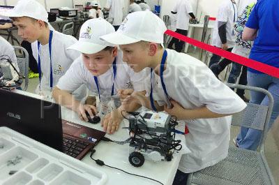 4183817 / Конкурс профессионального мастерства. Открытый чемпионат профессионального мастерства среди молодежи WorldSkills Russia Tyumen — 2016. Участники выполняют задание по робототехнике.