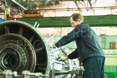 4184055 / Завод авиадвигателей. ПАО `Тюменские моторостроители`. Завод по производству и ремонту авиационных двигателей. Рабочий собирает авиационный двигатель.
