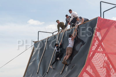 4186650 / `Гонка Героев`. Командная военно-спортивная игра `Гонка Героев`. Этап соревнования. На снимке: преодоление полосы препятствий.