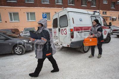 4186685 / Скорая помощь. Подстанция №8. Работа бригады скорой медицинской помощи. На снимке: медики у машины скорой помощи.