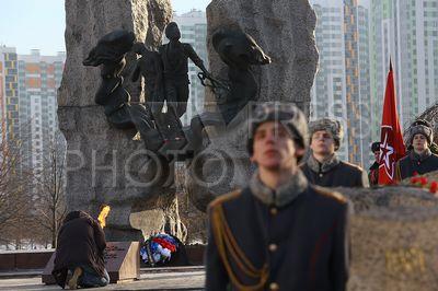 4187222 / День памяти воинов-интернационалистов. Акция в честь 28-ой годовщины со дня вывода советских войск из Афганистана. Памятник афганцам в парке Интернационалистов.