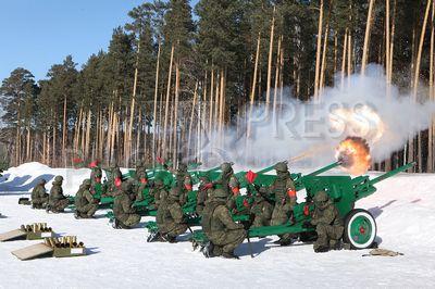 4188423 / Дивизионные пушки ЗИС-3. Центральный военный округ (ЦВО). Подготовка к Дню защитника Отечества. Тренировка салютной батареи к салюту 23 февраля. На снимке: дивизионные пушки ЗИС-3, 76,2-мм произведенные в 1942-43 году. В настоящее время пушки ЗИС-3 министерством обороны РФ используются в военных округах в качестве салютных орудий.