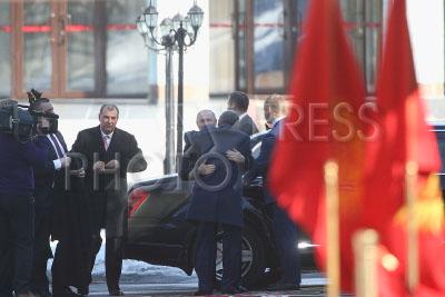 4191491 / Путин и Атамбаев. визит президента РФ в Киргизию. На снимке (в центре): президент России Владимир Путин и президент Киргизии Алмазбек Атамбаев.