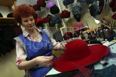 4193219 / Производство шляп. Фирма по производству головных уборов и женских шляпок `Головные уборы Татьяны Тараскиной`. На снимке: шляпный мастер.
