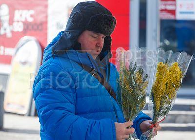 4193249 / Мужчина с мимозой. Канун 8 марта. На снимке: мужчина с букетами мимозы.