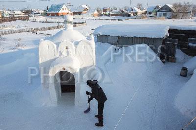 4194581 / Храм из снега. Село Сосновка. Житель Омской области Александр Битехин построил храм из снега.