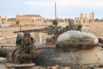 4196082 / Сирийский военнослужащий. На снимке: военнослужащий Сирийской Арабской Республики (САР) на танке.