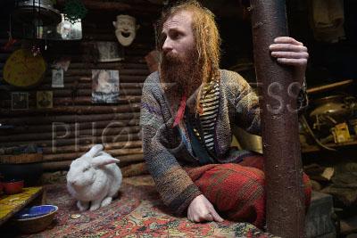 4198098 / Юрий Алексеев. На снимке: отшельник XXI века Юрий Алексеев с кроликом Петрухой в землянке.