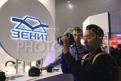4207311 / Выставка `Фотофорум`. `Фотофорум 2017`. На снимке: посетитель у стенда фирмы `Зенит`.