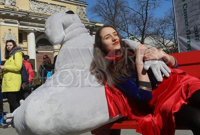 4207423 / Акция `Весенняя неделя добра`. Ежегодная общероссийская добровольческая акция `Весенняя неделя добра`. Копия скульптуры голландской художницей Маргрит ван Бреворт `Ждун` на символической Улице Добра.