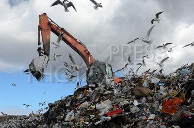 4209845 / Полигон бытовых отходов. Полигон твердых бытовых отходов `Новоселки`. Экскаватор грузит отходы.