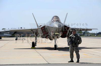 4210326 / Истребитель США F-35A. Авиабаза Граф Игнатьево. На снимке: истребитель США F-35A и военнослужащий.