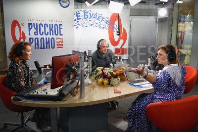 4213907 / Меладзе и Довлатова. Презентация новой открытой студии `Русского Радио`. Вечернее шоу Аллы Довлатовой. На снимке: певец Валерий Меладзе и радиоведущая Алла Довлатова (справа).