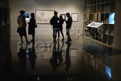 4214469 / Выставка `Рассказы`. Выставка `Рассказы`. Финисаж. На снимке: посетители рассматривают экспонаты.