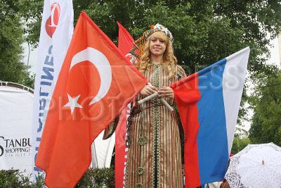 4226512 / Девушка с флагами. Первый фестиваль Турции в Москве. Девушка с флагами Турции и России.