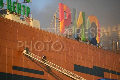 4235384 / Пожар в ТЦ `РИО`. Пожар в здании торгового центра `РИО` на Дмитровском шоссе. На снимке: тушение пожара.