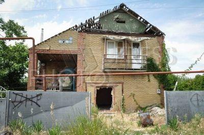 4236663 / Поврежденный дом. Зона проведения антитеррористической операции (АТО). Село Широкино. Последствия обстрелов. На снимке: поврежденный жилой дом.