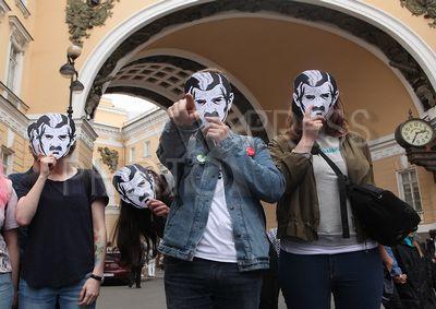 4236727 / Акция `За свободный интернет`. Несогласованная акция `За свободный интернет`. На снимке: активисты молодежных демократических движений в масках.
