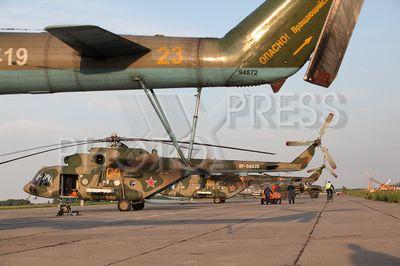 4239581 / Вертолеты Ми-8МТВ-5. На снимке: новые многофункциональные вертолеты Ми-8МТВ-5 после тренировочных полетов.