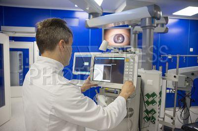 4240371 / Отделение офтальмологии. Многопрофильная клиника Военно-медицинской Академии имени С.М. Кирова. Отделение (клиника) офтальмологии. На снимке: аппаратура для проведения операций на глазах.
