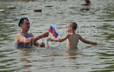 4240924 / День ВДВ. День Воздушно-десантных войск (ВДВ). На снимке: десантник и ребенок купаются в фонтане.