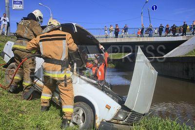 4242182 / Учения МЧС. Комплексные учения МЧС по ликвидации последствий автомобильной аварии. На снимке: сотрудники МЧС вскрывают машину для эвакуации `пострадавшего`.