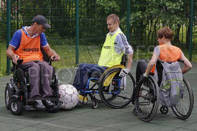 4242355 / Футбол на колясках. День физкультурника. Центр социальной реабилитации инвалидов. Спортивный фестиваль по футболу и флорболу на колясках. На снимке: инвалиды играют в футбол.