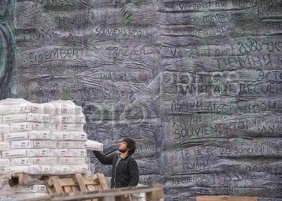 4250396 / Памятник `Стена скорби`. Установка памятника жертвам политических репрессий `Стена скорби`, скульптор Георгий Франгулян.