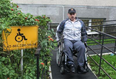 4250451 / Инвалид-колясочник. Проверка доступности поликлиники №102 Приморского района Санкт-Петербурга для пациентов-колясочников.