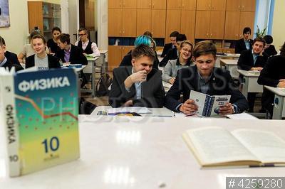4259280 / Урок физики. Физико-математический лицей №366 Московского района. Урок физики. Ученики сидят за партами в классе.