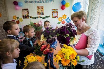 4259846 / День знаний. 1 сентября - День знаний. Нейдорфская школа среднего общего образования. Школьники дарят цветы своей учительнице.