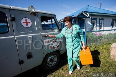 4261281 / Сельская скорая помощь. Поселок Муромцево. Медик Муромцевской центральной районной больницы (ЦРБ) у машины скорой помощи.