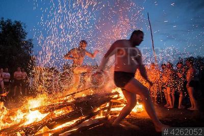 4262052 / `День Бога Купало`. Языческий праздник `День Бога Купало`. Прыжки через костер.