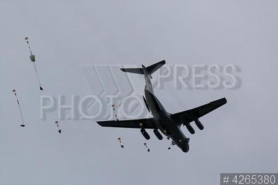 4265380 / Сброс десантников. Учения военно-транспортной авиации (ВТА) с участием ВДВ. Десантирование парашютистов десантников с самолета Ил-76.